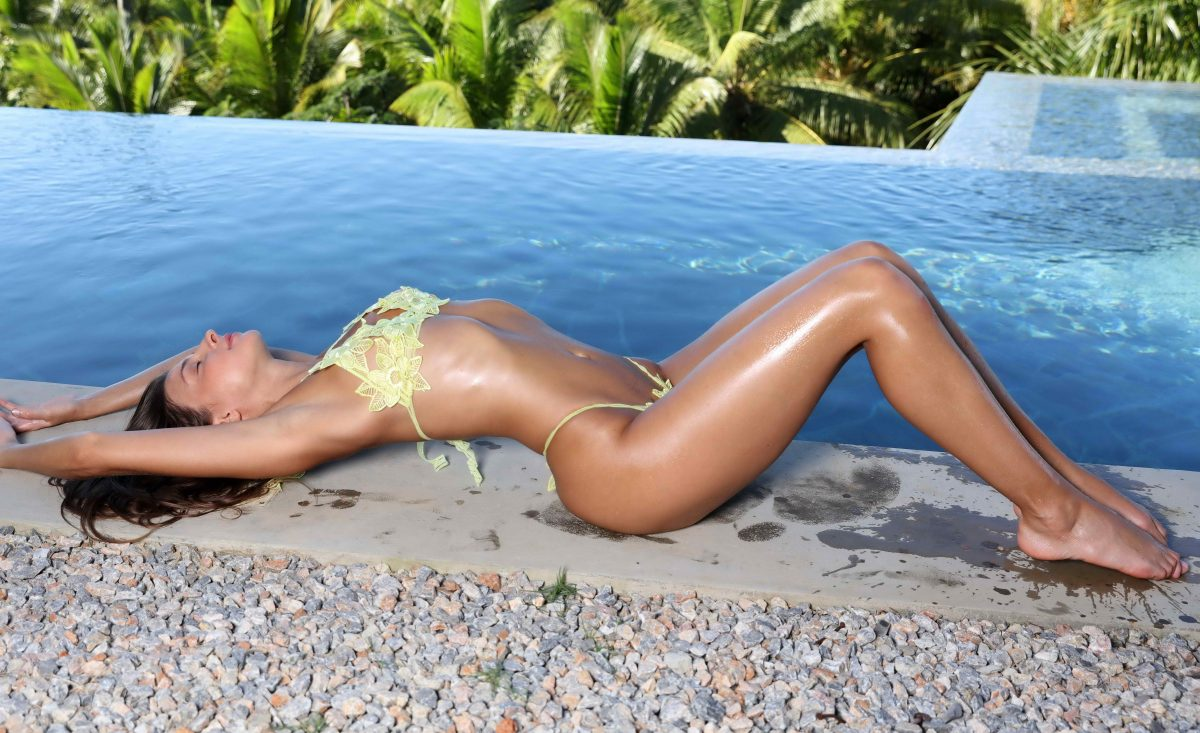 cheap London escorts - Cute Bum By The Pool